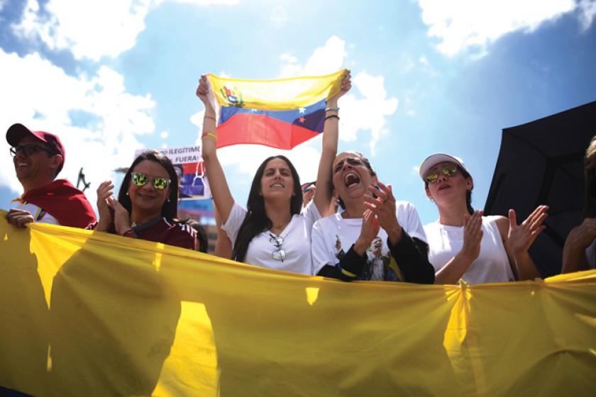 Masivas marchas ajustan pulseta entre Maduro y opositor Guaidó