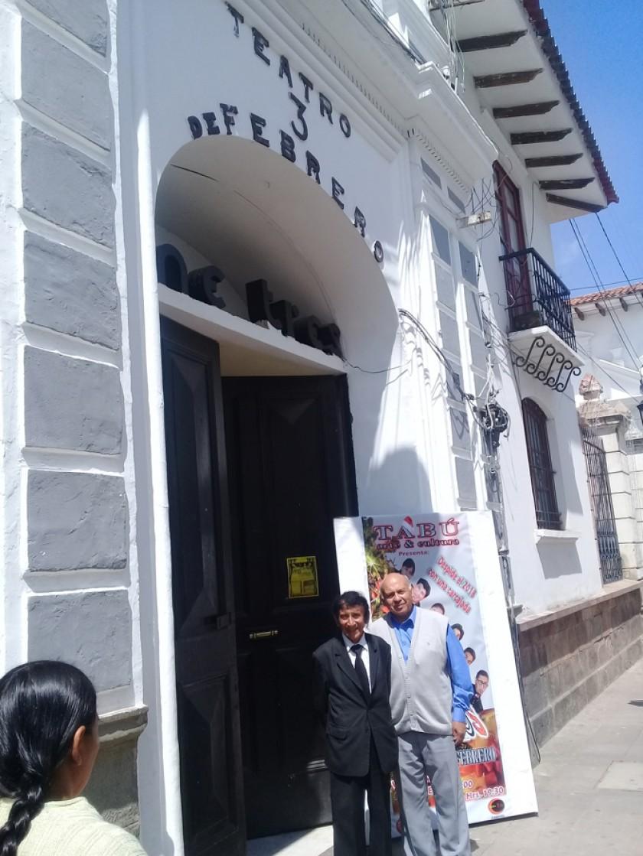 El autor de la nota (a la derecha) con el custodio del teatro 3 de Febrero, Juan Carlos Muñoz.