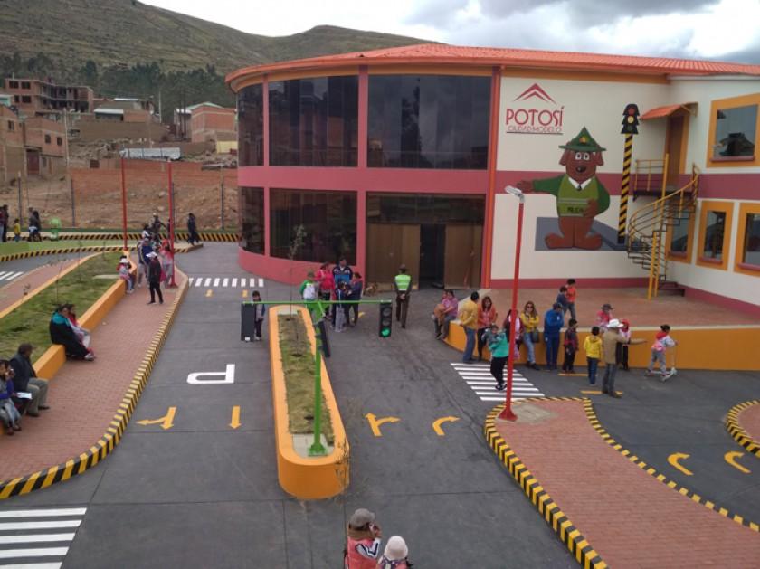 El parque cuenta con un bloque administrativo donde hay oficinas, baños, aulas, salones de conferencias y hasta dormitor