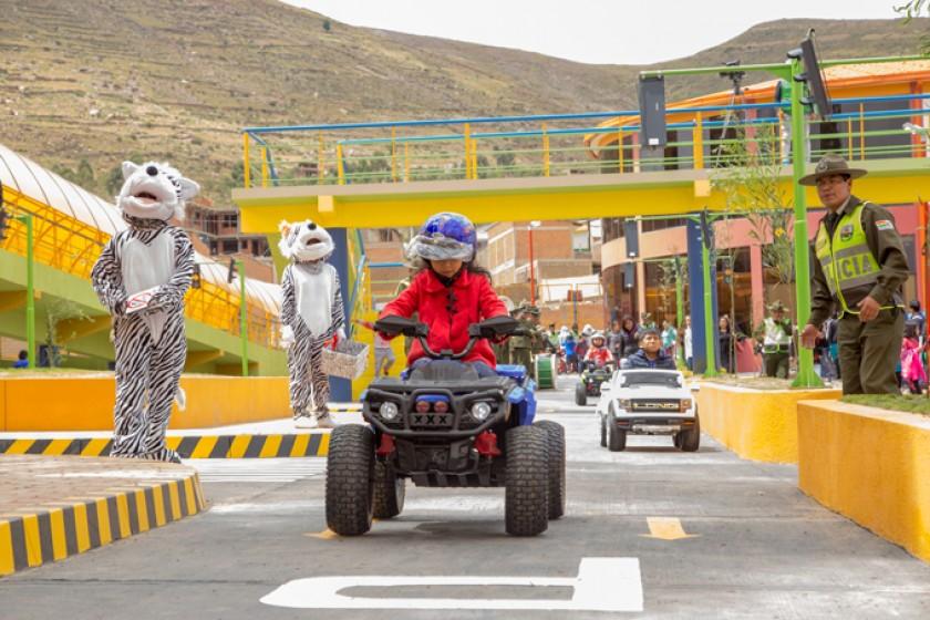 La autopista sirve para que los niños jueguen en ella y también aprendan.