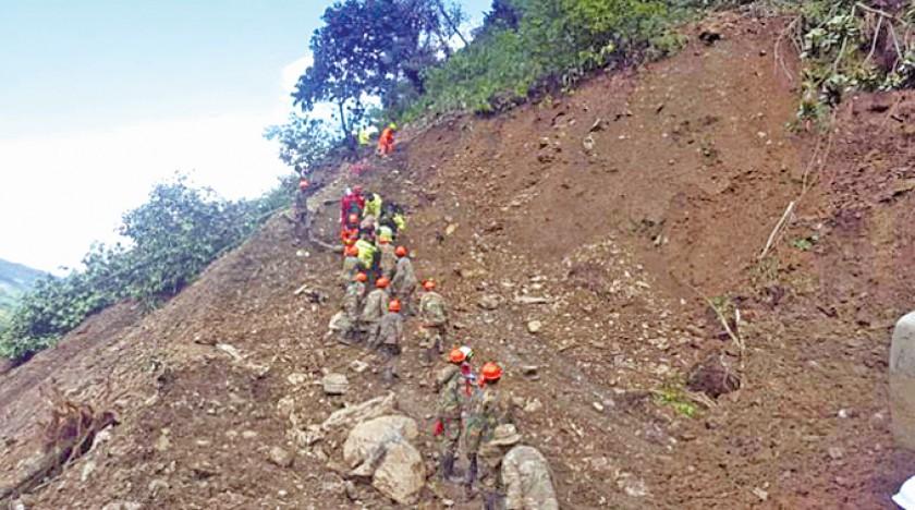 TRÁFICO. La carretera a los Yungas se encuentra interrumpida por el masivo deslizamiento ocurrido cerca de la localidad