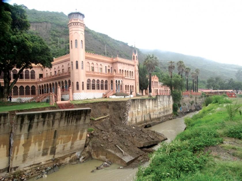 RIESGO. Se cayó parte del muro que protege al castillo de La Glorieta de las aguas del río que pasan por el lugar y que