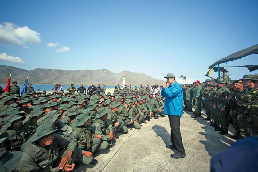 Maduro descarta dejar el poder, pese a presión
