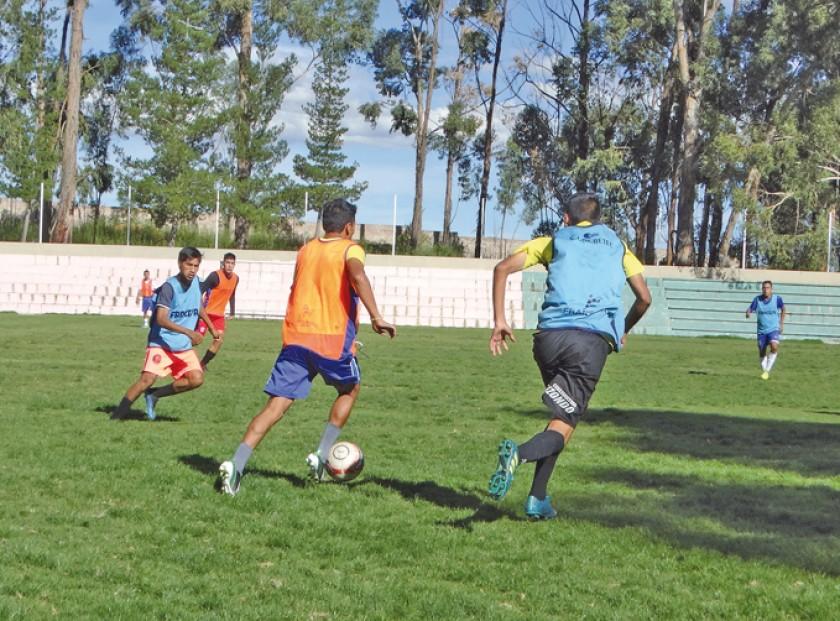 Fancesa y Viveros jugaron en El Bosquecillo; abajo, Alemán y Nacional Sucre midieron fuerzas en Mesa Verde.