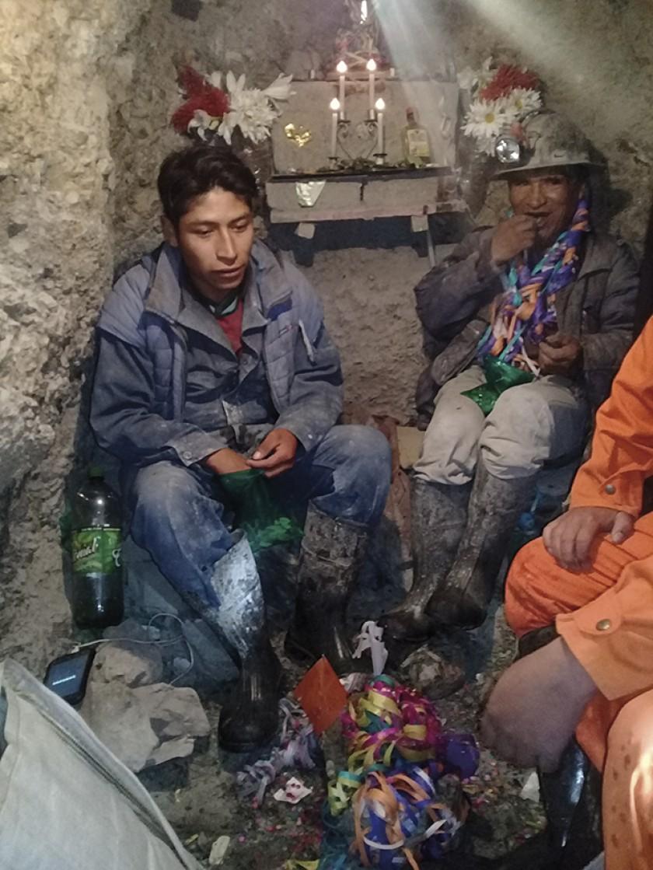 Mineros challando una illa de mineral.