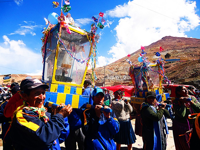 Mineros llevando al Tata K'ajcha.