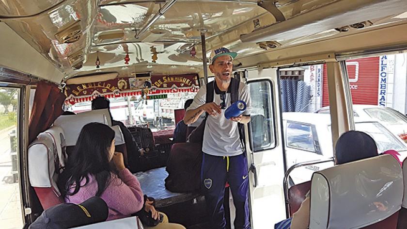 El rapero argentino que motiva a los pasajeros en el micro