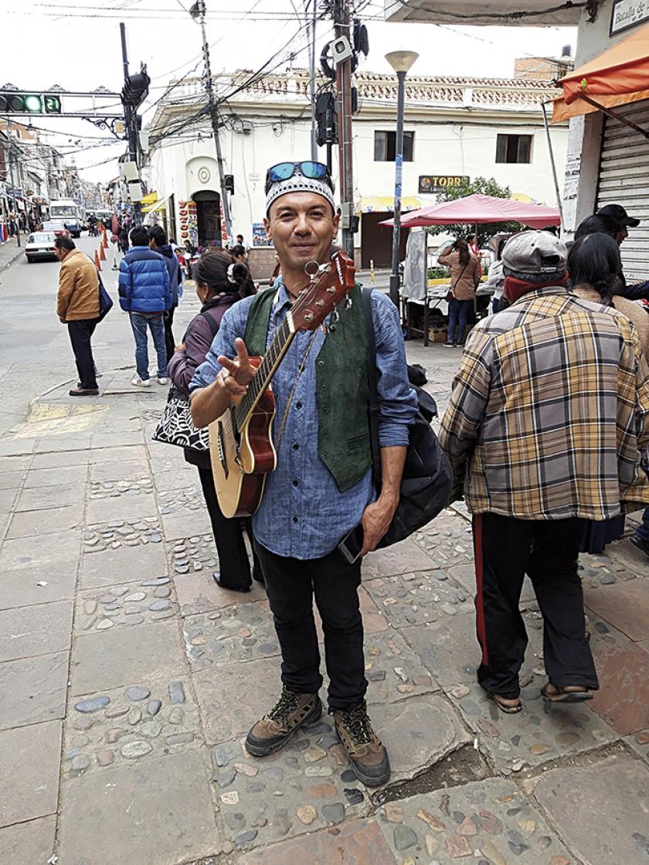 """El trovador chileno que gusta de cantar a las """"mamitas"""" del mercado"""