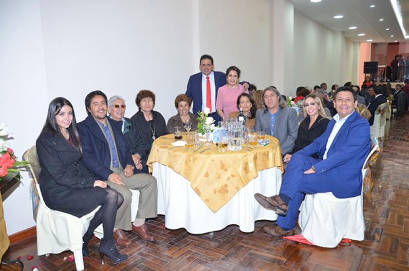 En una misma mesa, reunidas las familias Cuenca Careaga, Careaga Campos y Careaga Barrientos, con Hilda Hernández, Glady