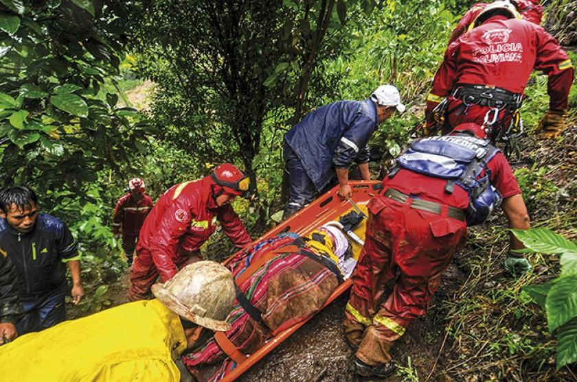 YUNGAS. Imágenes del despliegue de al menos 500 personas que acudieron al llamado de auxilio.