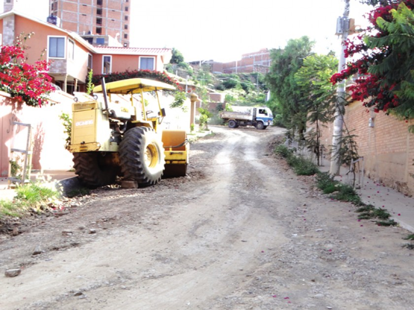 """EQUIPO.La máquina compactadora que está """"abandonada"""", en una de las calles."""