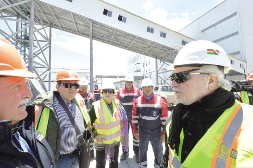 INVITACIÓN. Los comisionados estuvieron ayer en el Salar de Uyuni, visitaron las plantas de Cloruro de Potasio.