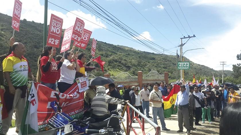 SUCRE. Activistas de las plataformas del 21F y funcionarios oficialistas se cruzaron en el ingreso del Centro Internacio
