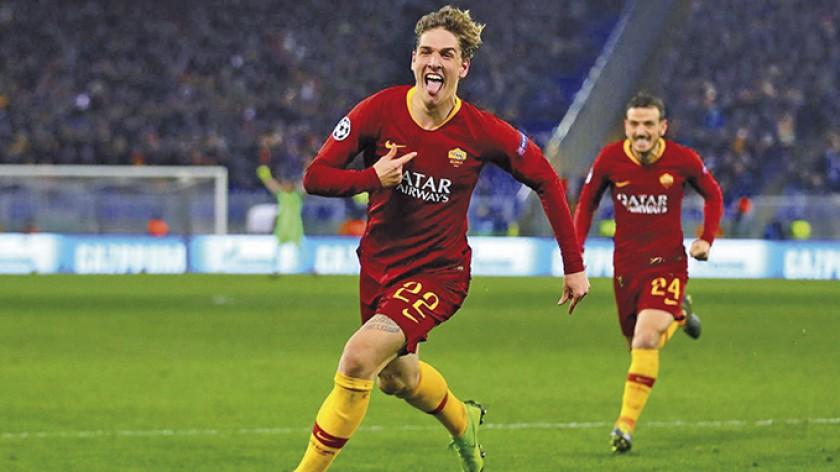 Niccolo Zaniolo festaja el segundo gol de Roma.