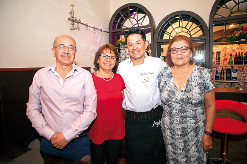 Roberto Sánchez, Marianela de Sánchez, Paolo Dávalos y Mary de González.