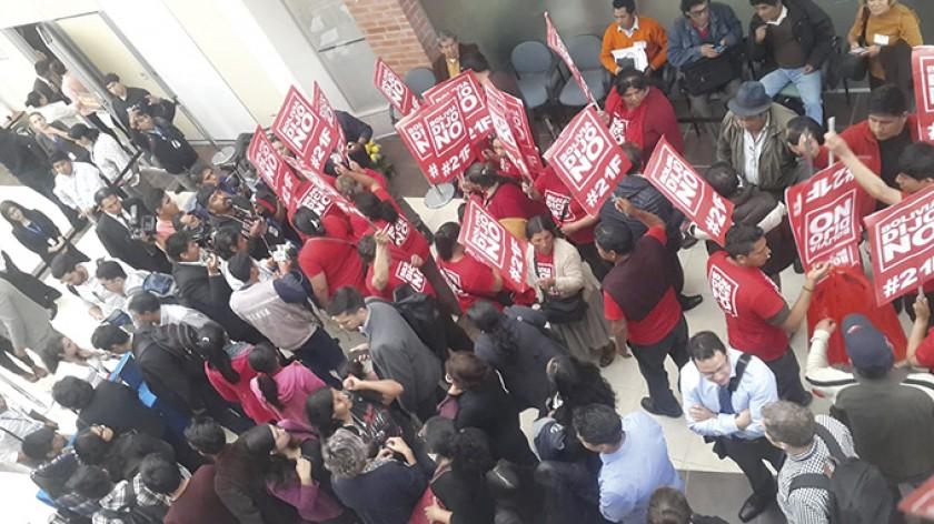 PROTESTAS. Un grupo de activistas protesta en el CICC, la sede de las sesiones de la CIDH.