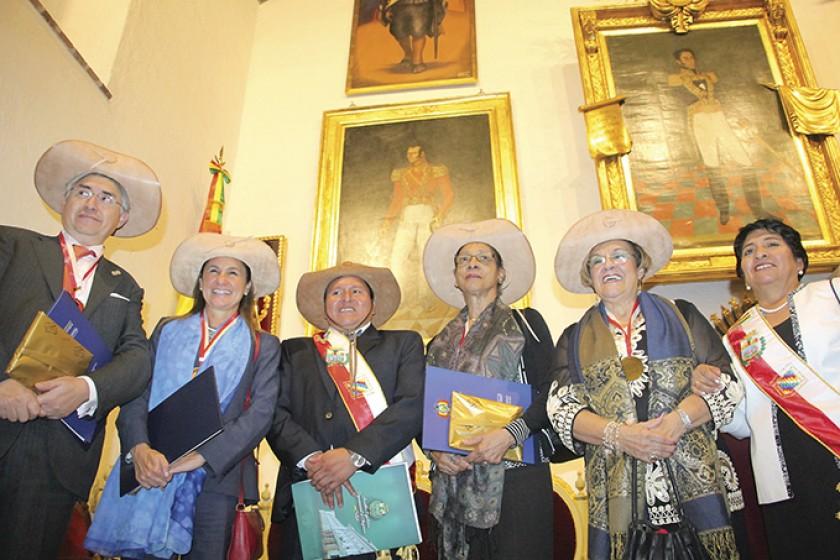 DESPEDIDA. Los comisionados fueron condecorados con la medalla Juana Azurduy, anoche, en la Casa de la Libertad.