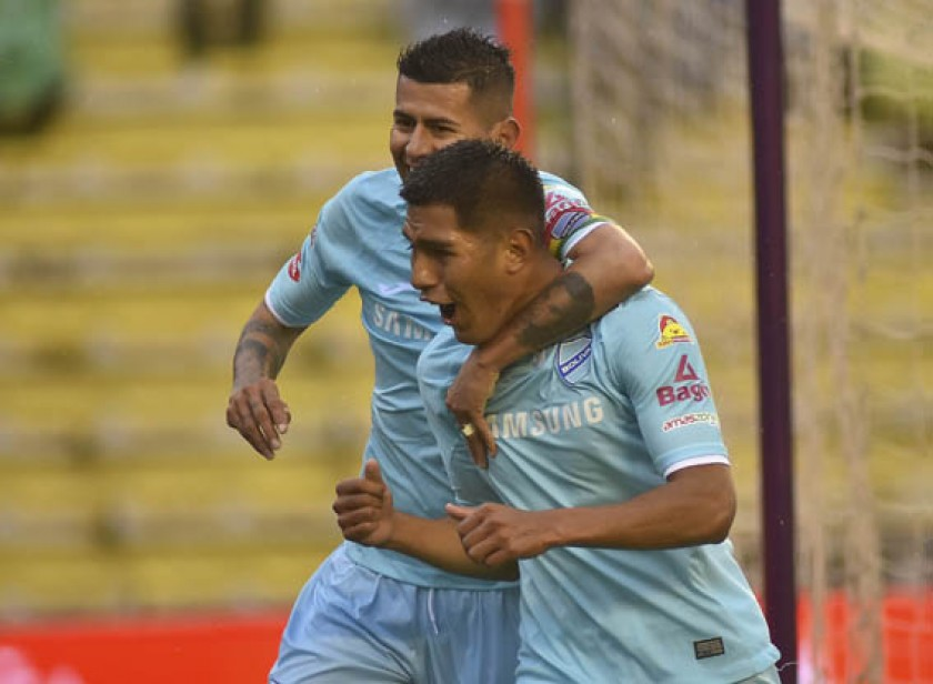 El festejo de Erwin Saavedra y Juan Carlos Arce, tras anotar uno de los goles.