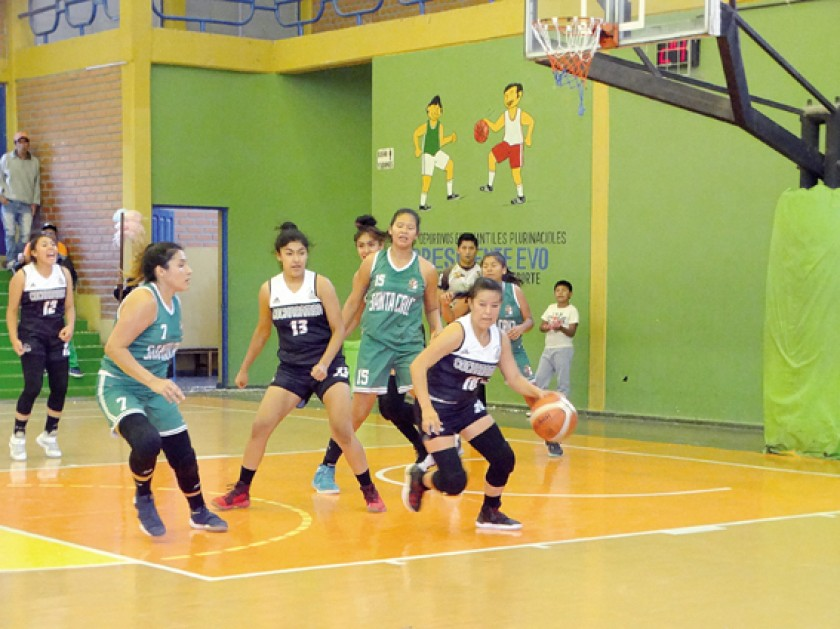 La base Ericka Tapia de Cochabamba controla el balón en el partido contra Santa Cruz