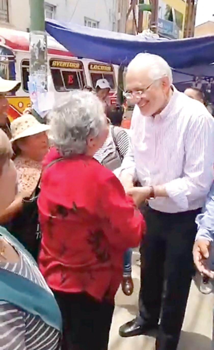 CAMPAÑA. El candidato de CC Carlos Mesa, durante sus actividades en Cochabamba.