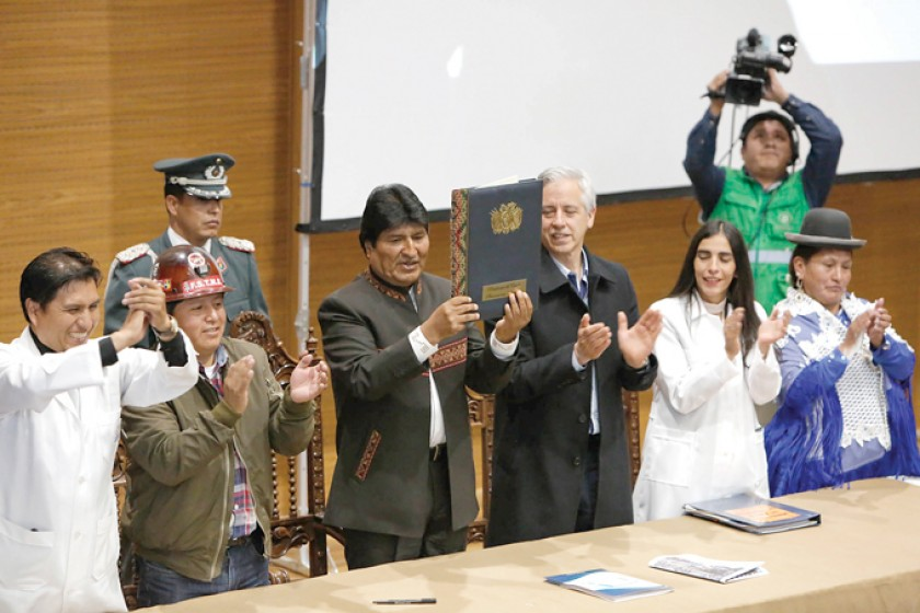 HISTÓRICO. El presidente Evo Morales promulga la Ley del SUS en la Casa Grandel del Pueblo.