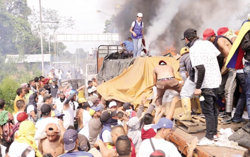VIOLENCIA. Al menos dos camiones con ayuda humanitaria fueron quemados en la frontera entre Colombia y Venezuela.