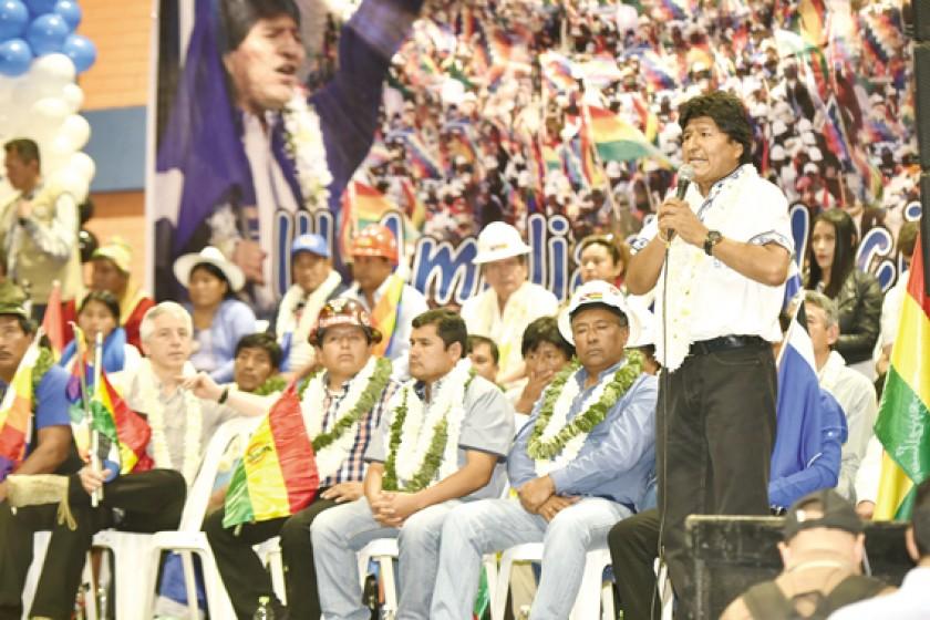 AMPLIADO. Evo Morales durante la concentración de militantes del Movimiento al Socialismo en la ciudad de Cochabamba.