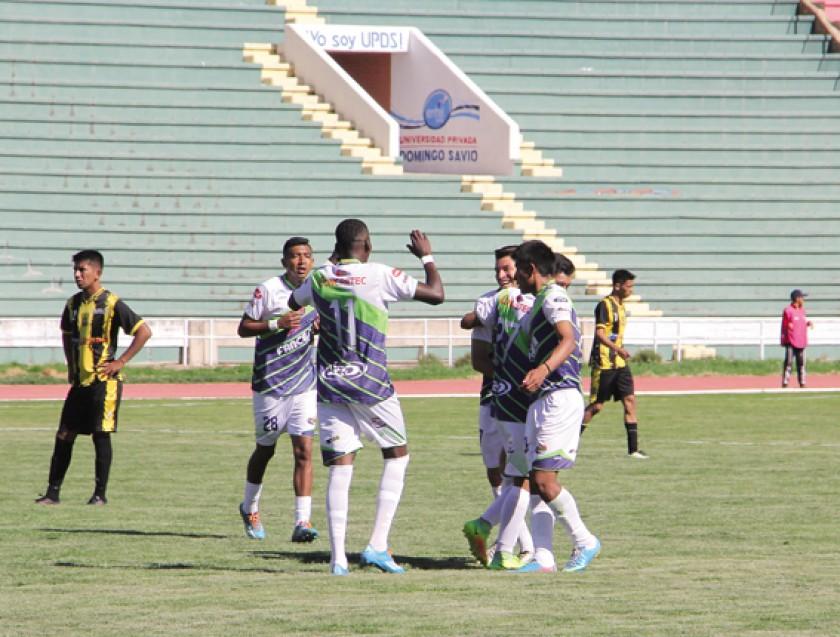 La celebración de los jugadores estudiantiles tras el primer gol anotado por Gary Saldías ayer, en la victoria