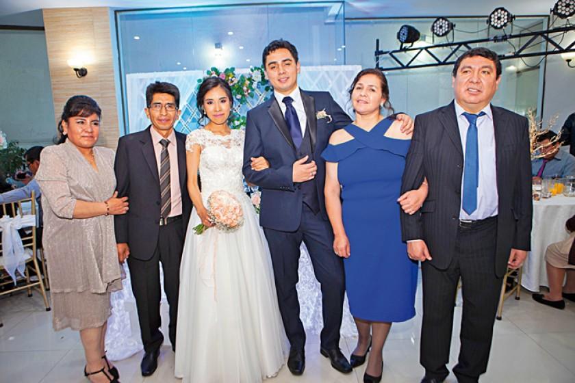 Con los padres de los novios: A la izquierda, Deicy Rivero y Eulogio Cárdenas; al centro, Marcela Cárdenas y Gustavo Ort