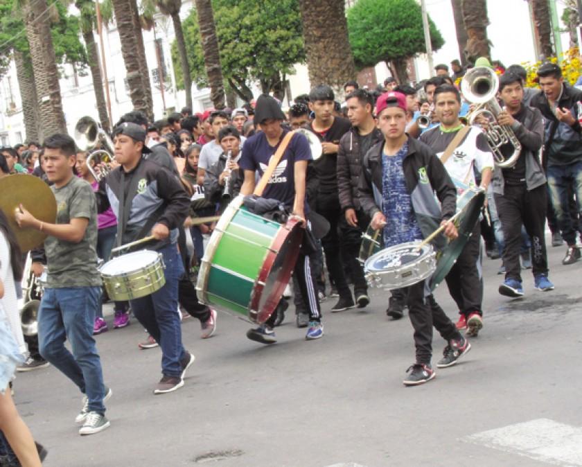 COMPARSA. Varias bandas llegaron hasta el Parque Bolívar.