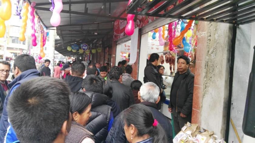 Largas filas se forman desde temprano en la zona del Mercado Campesino para comprar carne. Foto: Álvaro Sotomayor