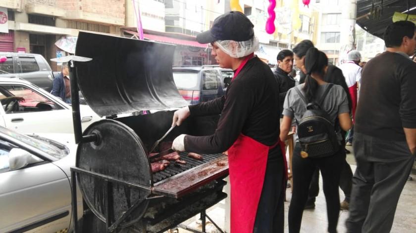 El preparado de la parrillada en la puerta de una carnicería de la zona del Mercado Campesino. Foto: Álvaro Sotomayor