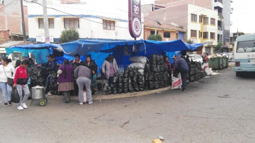 Desde temprano se comenzó a vender carbón en el Mercado Campesino. Foto: Álvaro Sotomayor