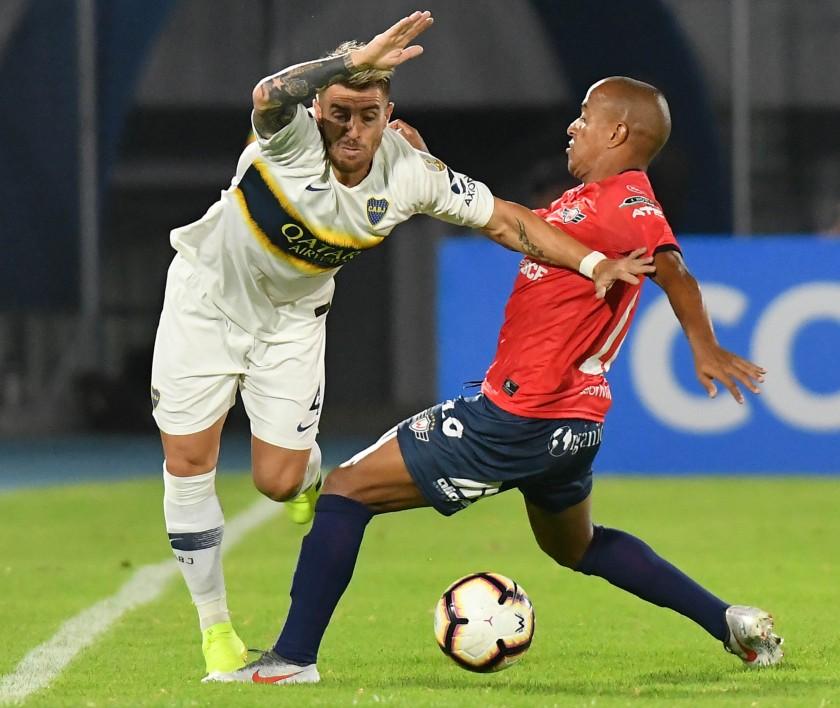 Serginho (R) de Wilstermann disputa un balón ante Julio Buffarini (L) de Boca Juniors. EFE/ Jorge Abrego