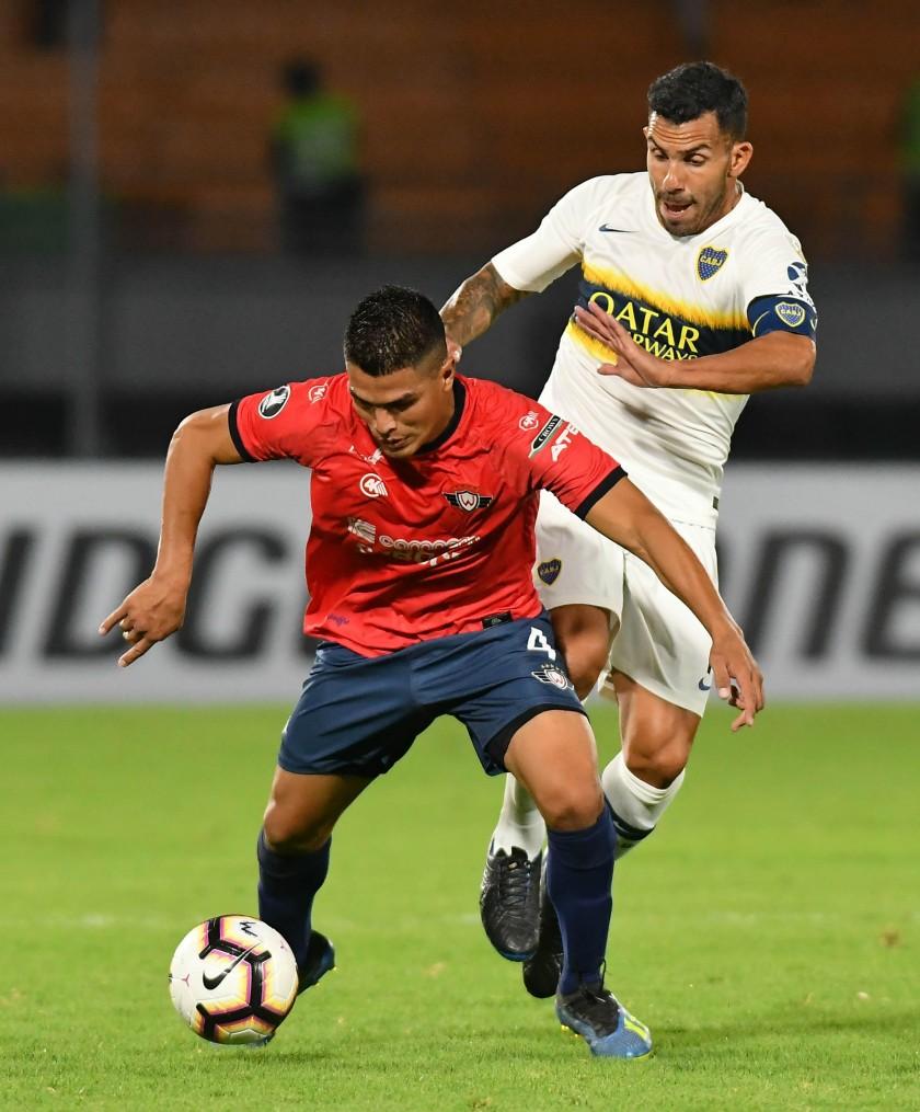 Juan Aponte (i) de Wilstermann disputa un balón ante Carlos Tévez (i) de Boca Juniors. EFE/ Jorge Abrego