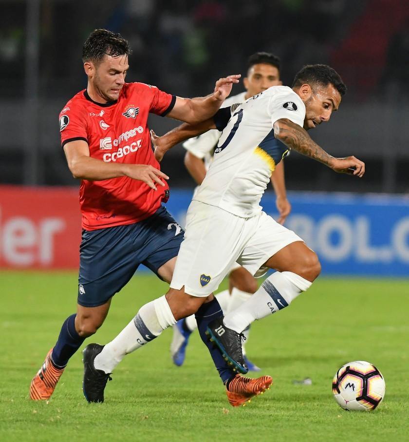 Fernando Saucedo (i) de Wilstermann disputa un balón ante Carlos Tévez (d) de Boca Juniors. EFE/ Jorge Abrego