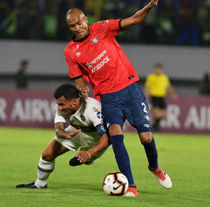 Alex da Silva (d) de Wilstermann disputa un balón ante Carlos Tévez (i) de Boca Juniors. EFE/ Jorge Abrego