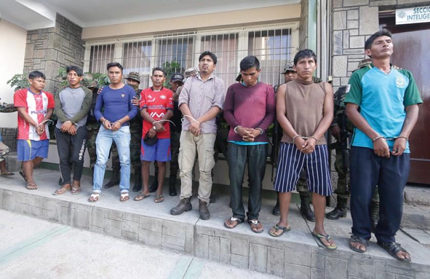 Intervención. La Policía presentó a los comunarios que participaron en la emboscada en el Chapare.