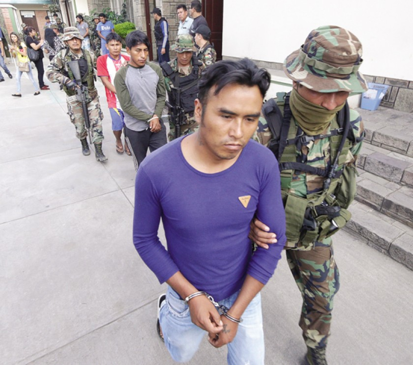COCHABAMBA. La presentación de los arrestados como autores de la emboscada a una unidad de UMOPAR en Chapare.