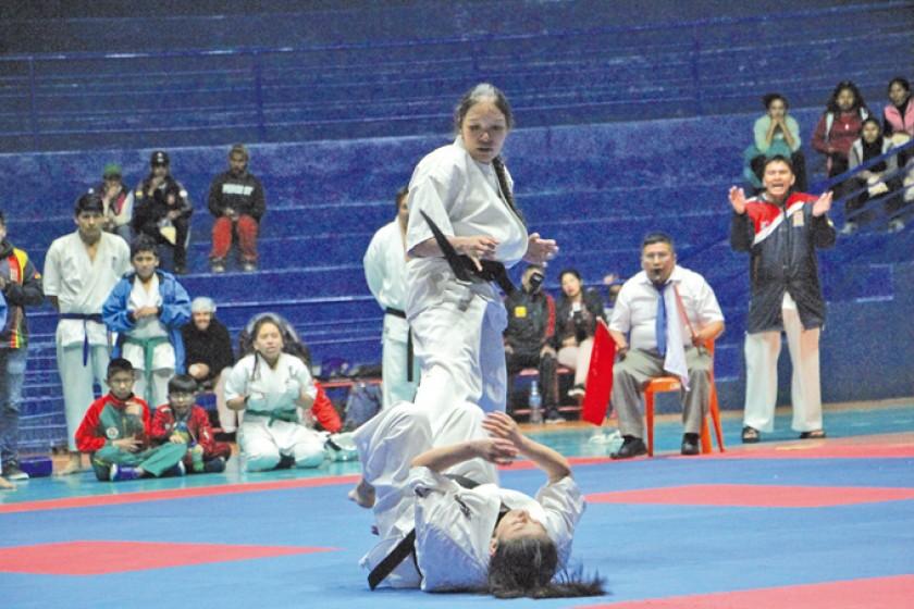 La karateca del equipo Chuquisaca B, Carolina Cuéllar, derriba a su oponente.