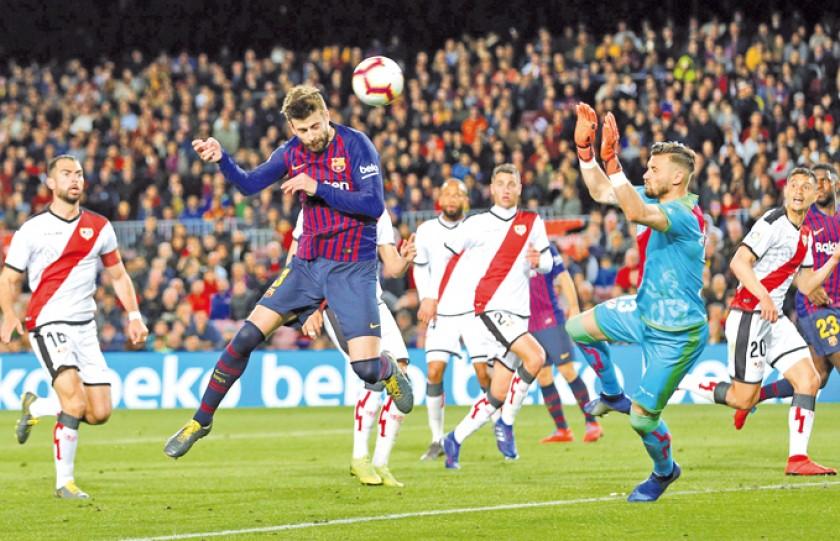 El defensa del Barcelona, Gerard Piqué, anota de cabeza el primer gol