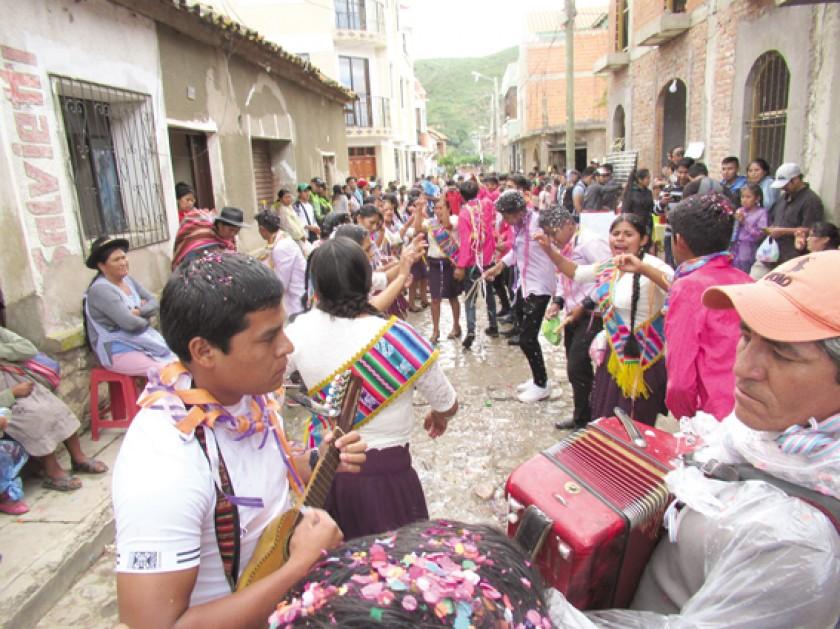 MÚSICA. Las pandillas, propias de Chuquisaca, acapararon las calles de Yotala.