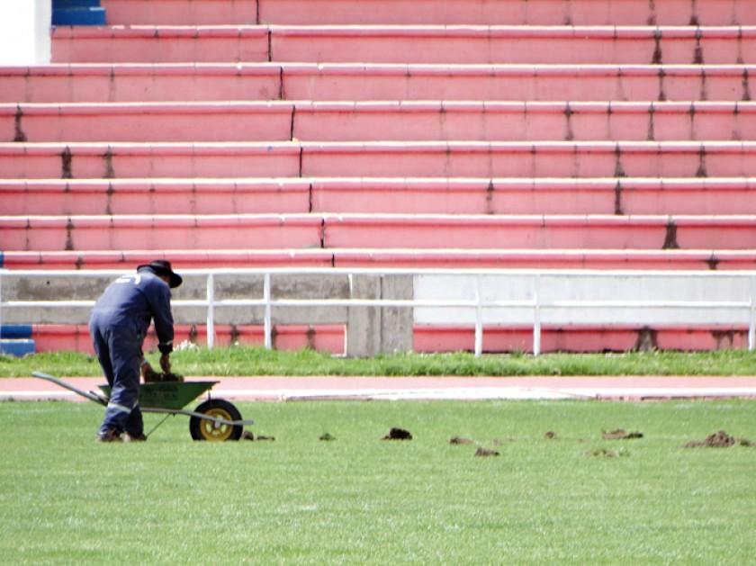 Ayer comenzaron los trabajos de intervención de la cancha principal del estadio Patria; al lado, una toma de los lacatus