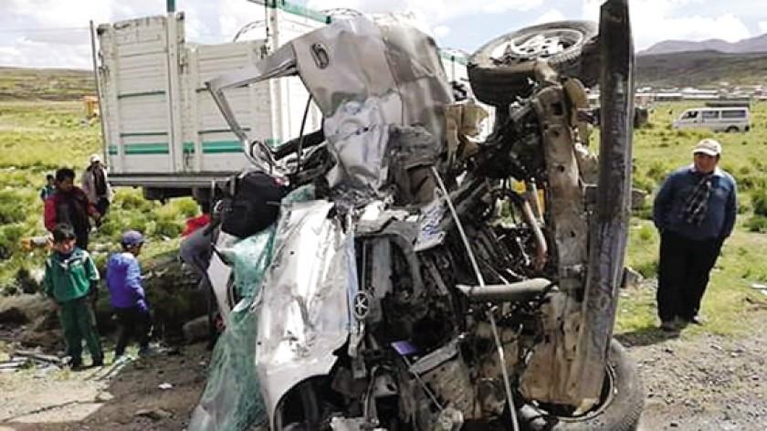 Violenta colisión entre camión y minibús deja ocho muertos en Oruro
