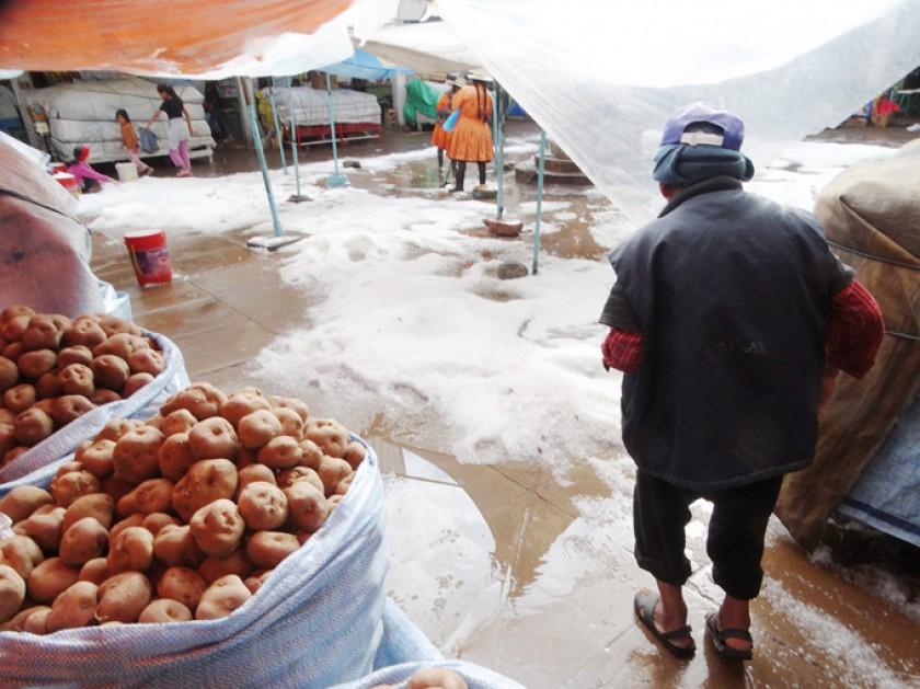 GRANIZADA. Se inundó una parte del patio del sector de venta de jugos del mercado Central.