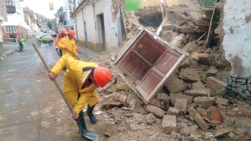 Breve e intenso aguacero derriba una casa y anega calles en Sucre
