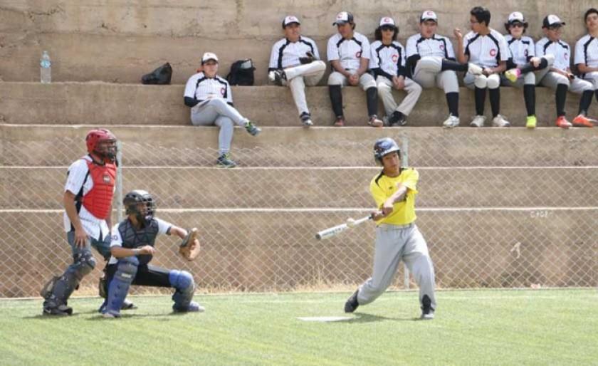 El béisbol se practica habitualmente  en canchas de fútbol.