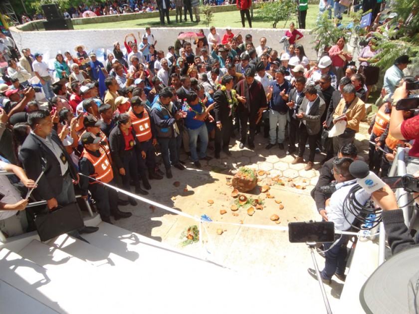 ACTO. El presidente Evo Morales entregó ayer la obra destinada al trabajo de la prensa.