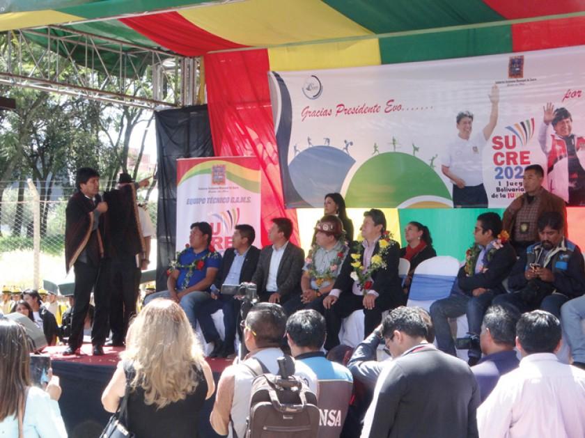 Alcalde y un líder vecinal aclaman a Evo durante un acto de la prensa
