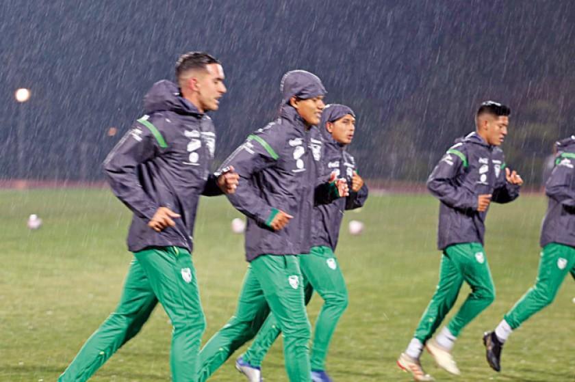 Alejandro Chumacero se sumó a la Selección; abajo, parte del plantel trota bajo la lluvia.